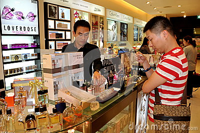 Bangkok, Thaïlande : Parfum de test de propriétaire Image stock éditorial