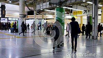 Banlieusards à la station japonaise de métro banque de vidéos