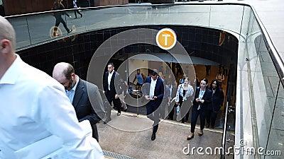 Banlieusards laissant la station de train de place de Martin, Sydney CBD, Australie banque de vidéos