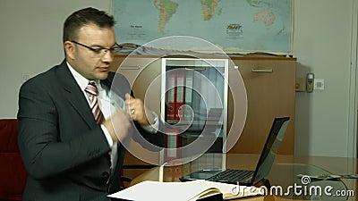 Banqueiro alegre que mostra seu lucro do dividendo, renda, salário video estoque