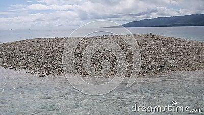 Barasu wyspa, tworz?ca z kawa?kami koral: bardzo bardzo ma?a zdewastowana wyspa lokalizowa? p??noc Iriomot zbiory wideo