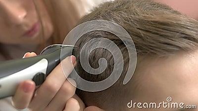 Barbiere che per mezzo della tosatrice, macro