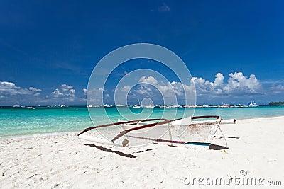 Barca di legno sulla spiaggia tropicale con la sabbia for Disegni di casa sulla spiaggia tropicale