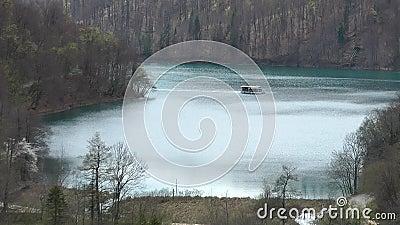 Barca lago-elettrica di Plitvice (11 04 2011 ) video d archivio
