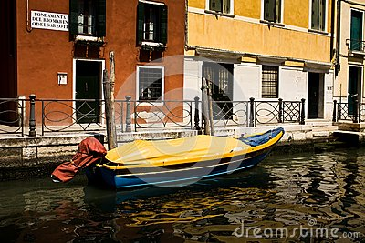 Barca in un canale