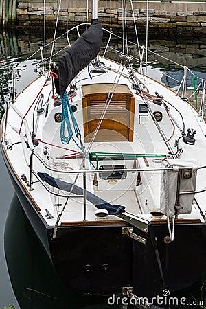 Barca a vela bianca con la porta di cabina di legno for Animali domestici della cabina di nashville