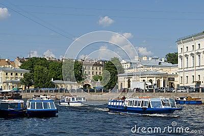 Barche facenti un giro turistico sul canale St Petersburg Fotografia Editoriale