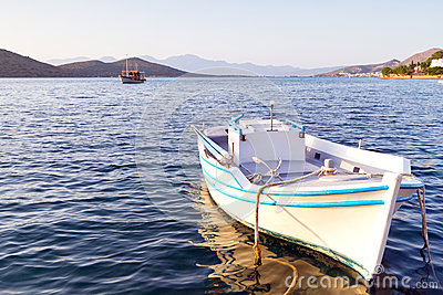 Barco blanco en la costa de Crete