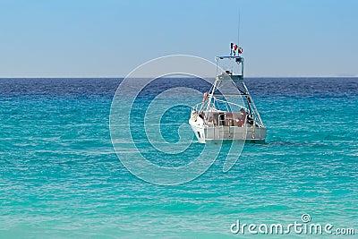 Barco branco no mar do Cararibe do turquise