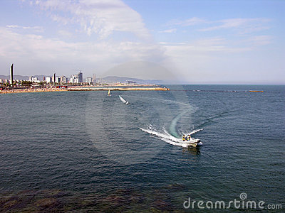 Barco da velocidade - litoral de Barcelona