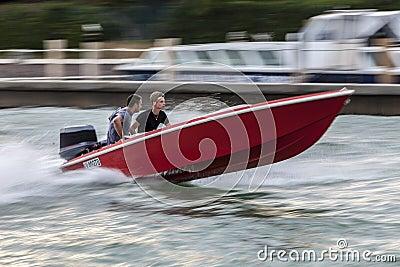 Barco de alta velocidad Imagen editorial