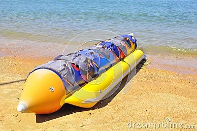 Barco de banana na praia