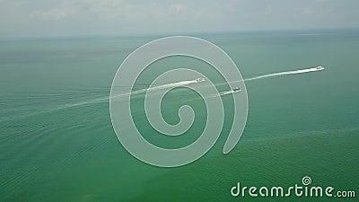 Barco de Camboja no vídeo aéreo do zangão do mar vídeos de arquivo