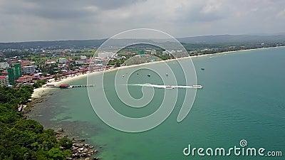 Barco de Camboya en el vídeo aéreo del abejón del mar almacen de video