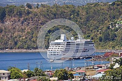 Barco de cruceros asegurado en bahía