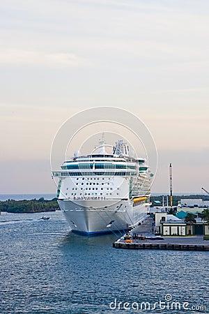 Barco de cruceros atado al muelle