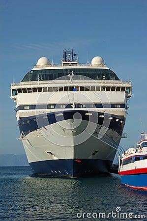 Barco de cruceros atracado