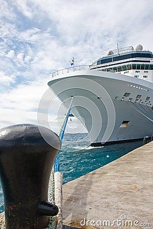 Barco de cruceros blanco masivo