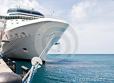 Barco de cruceros de lujo atado al embarcadero concreto