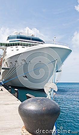 Barco de cruceros de lujo enorme atado para ennegrecer el bolardo