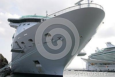 Barco de cruceros en el muelle