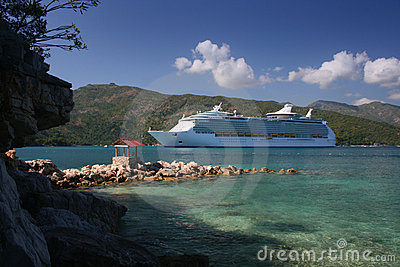 Barco de cruceros en la destinación