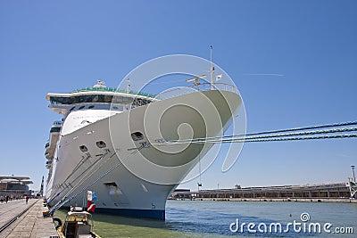 Barco de cruceros enorme atado en el muelle