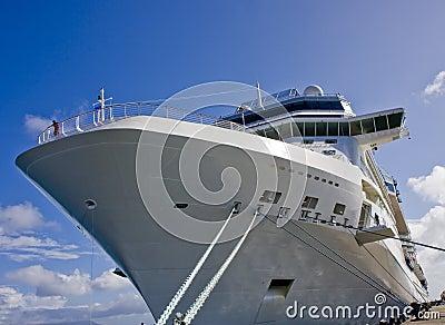 Barco de cruceros masivo atado al muelle
