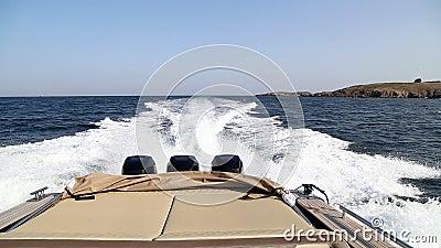 Barco de la velocidad con tres motores en el mar almacen de metraje de vídeo