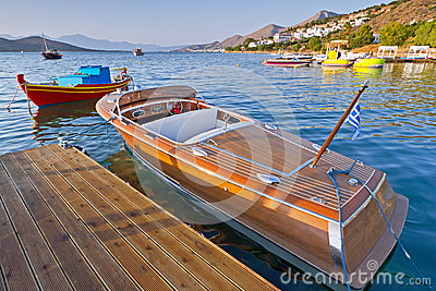 Barco de madeira da velocidade em Greece
