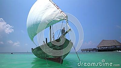 Barco de madeira velho com a vela branca no Oceano Índico video estoque