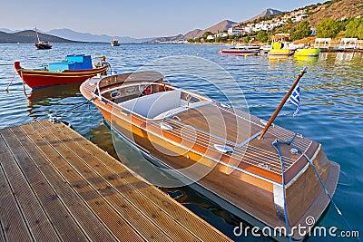 Barco de madera de la velocidad en Grecia