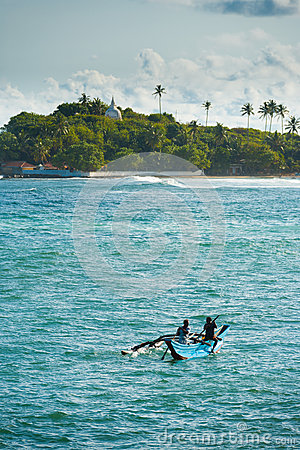 Barco de pesca da fibra de vidro doado após o tsunami Imagem de Stock Editorial