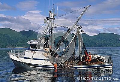 Barco de pesca de color salmón