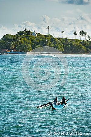 Barco de pesca de la fibra de vidrio donado después de tsunami Imagen de archivo editorial