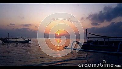 Barco de pesca en una playa metrajes