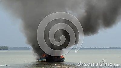 Barco de pesca de las explosiones