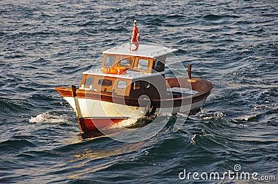 Barco de pesca pequeno no mar de Marmara
