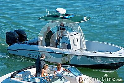 Barco de polícia da aplicação da lei estatal que para um barco Foto Editorial