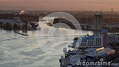 Barco de vapor en un río entre ciudades almacen de metraje de vídeo