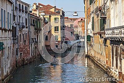 Barco em um canal Venetian Foto Editorial