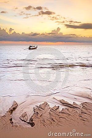 Barco en el mar de Andaman en la puesta del sol