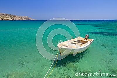 Barco en la laguna azul de la playa de Vai
