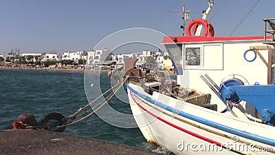 Barco na aldeia Agia Anna na ilha de Naxos vídeos de arquivo