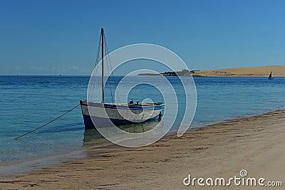 Barco nas costas da ilha de Bazaruto, Mozambique