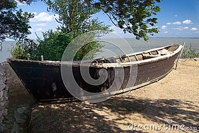 Barco viejo en tierra
