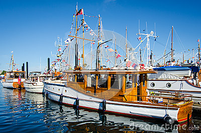 Barcos clásicos maravillosamente restaurados Imagen editorial