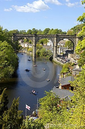 Barcos de enfileiramento no rio Nidd, Knaresborough Fotografia Editorial