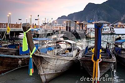 Barcos de Longtail no por do sol