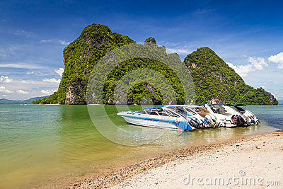 Barcos de motor na costa do parque nacional de Phang Nga